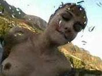 Verrückte Schlampe pisst outdoor und trinkt Urin