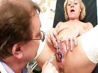 Runzlige Schlampe pisst Frauenarzt voll